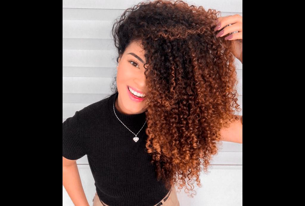 A blogueira Lari Rezende mostra seu cabelo cacheado.