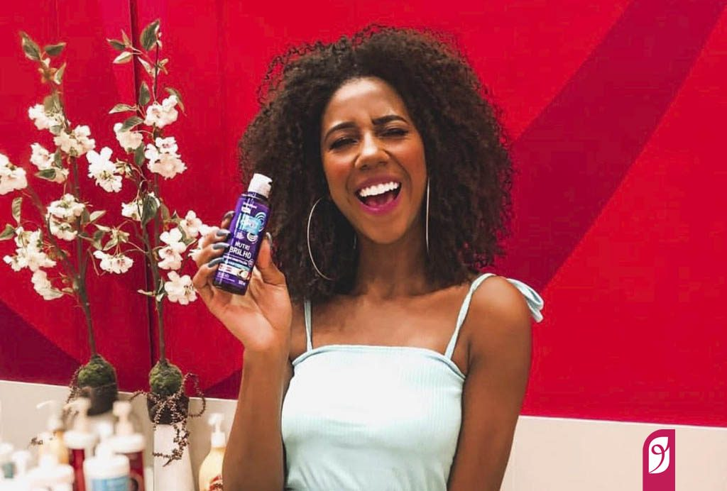 Camilla segura o óleo Nutri Brilho do Beleza Natural.