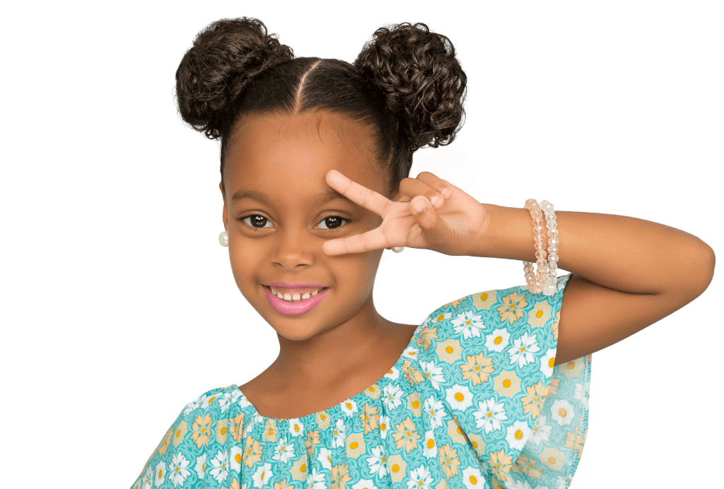 Menina com um coque de cada lado da cabeça. Ela está sorrindo e fazendo um V sobre os olhos.