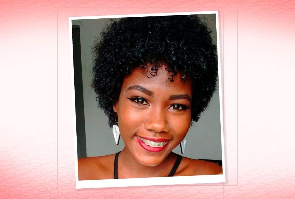 A blogueira Andreza Siltos com seu cabelo crespo curtinho.