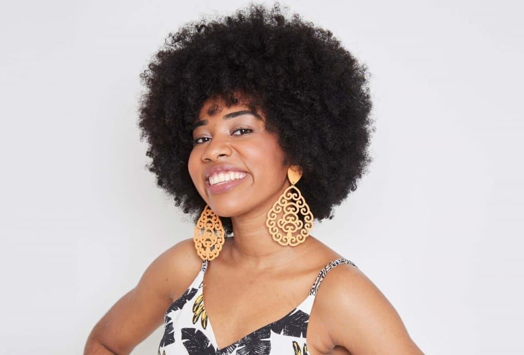 Modelo com o cabelo black power.