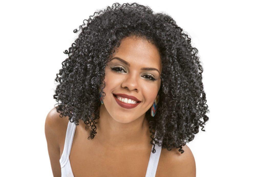 Modelo cacheada com o cabelo tamanho médio.