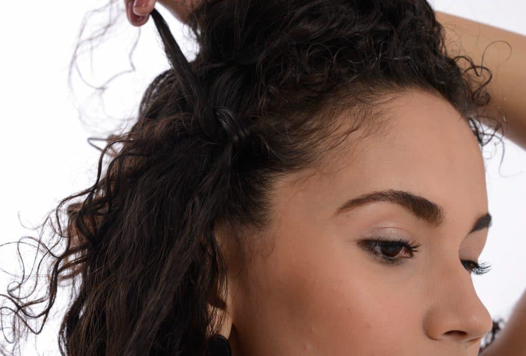 Detalhe do penteado mostrando a trança embutida.