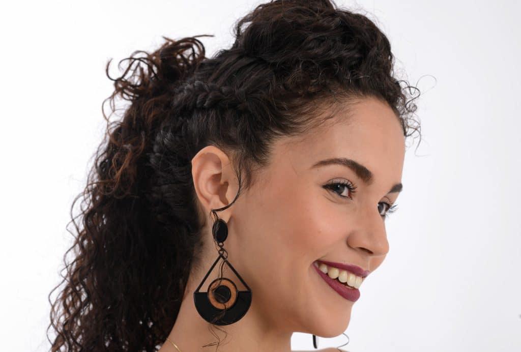 Modelo cacheada de perfil mostrando penteado para festa.