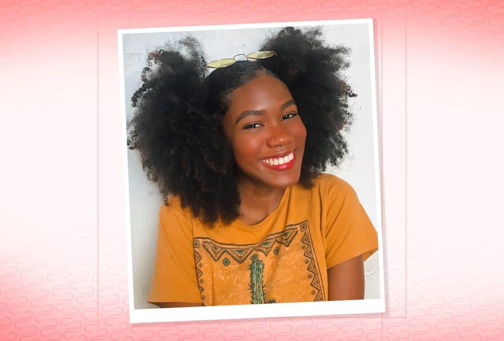 Modelo de cabelo crespo com dois afro puffs laterais.
