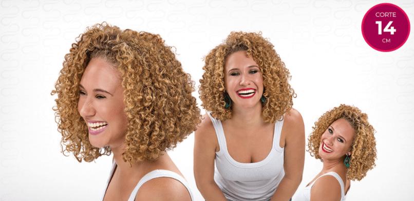 Mulher com corte 14 para cabelos cacheados médios.