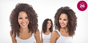 Mulher com corte 26 para cabelos cacheados longos.