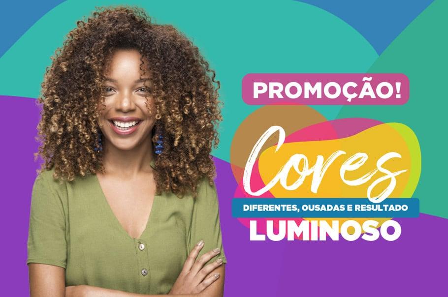 """Imagem da promoção """"Cores diferentes, ousadas e resultado luminoso."""" Com uma modelo, com mechas californianas, sorrindo com os braços cruzados."""