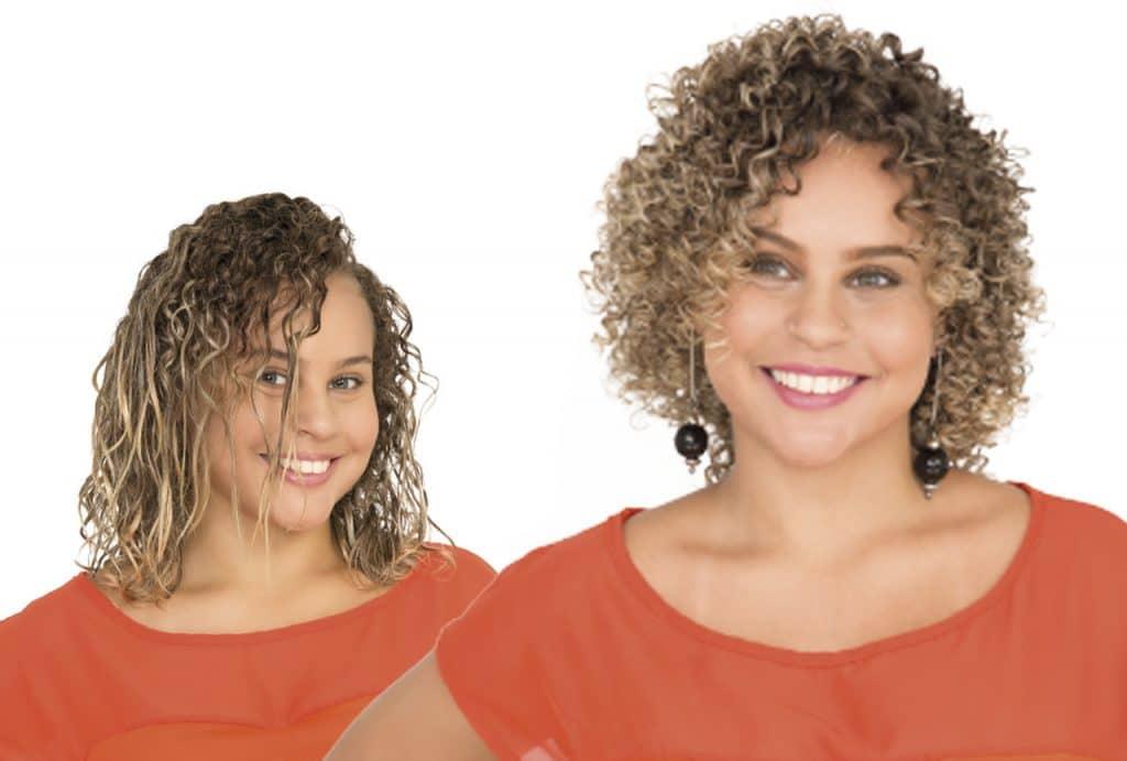 Mesma modelo, à esquerda com os cabelos com textura lisa e cacheada e à direita com os cabelos definidos e totalmente cacheados após o serviço de texturização capilar.
