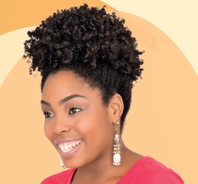 Modelo com penteado Afro Puff para cabelos cacheados.
